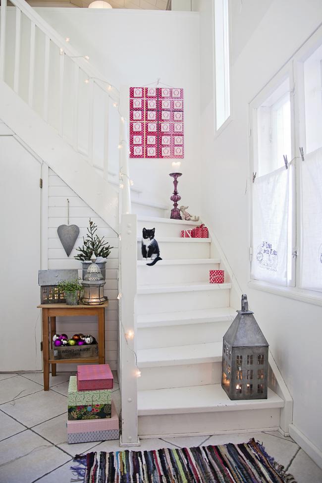 Белый цвет для деревянной лестницы - беспроигрышный выбор для скандинавского интерьера частного дома