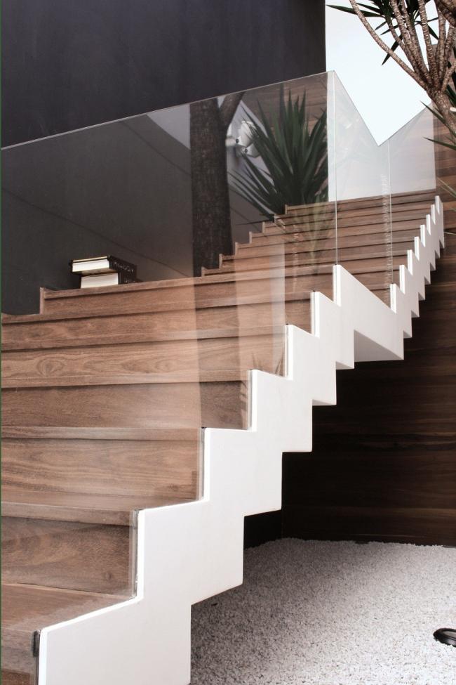 Минималистичный дизайн лестницы из дерева и стекла