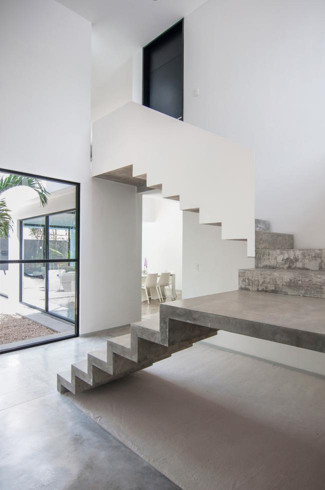 Бетон как материал для лестницы, уместен во многих стилях интерьера, в том числе и средиземноморском, стремительно набирающем у нас популярность