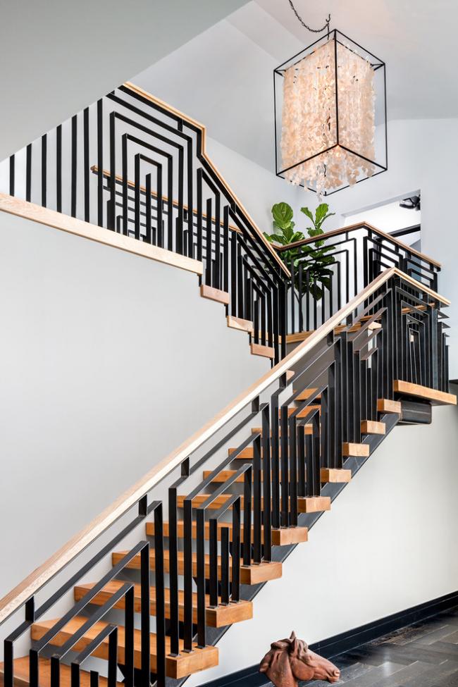 Гармоничное сочетание металла и дерева в двухмаршевой лестнице