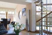 Фото 71 Лестница на второй этаж (120 фото): современные варианты оформления в частном доме