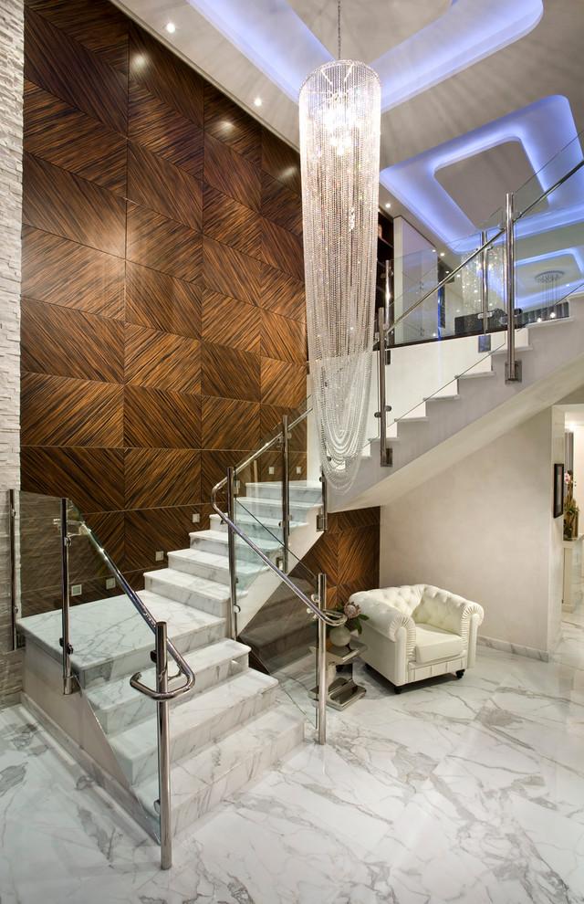 Лестница из мрамора в классическом интерьере