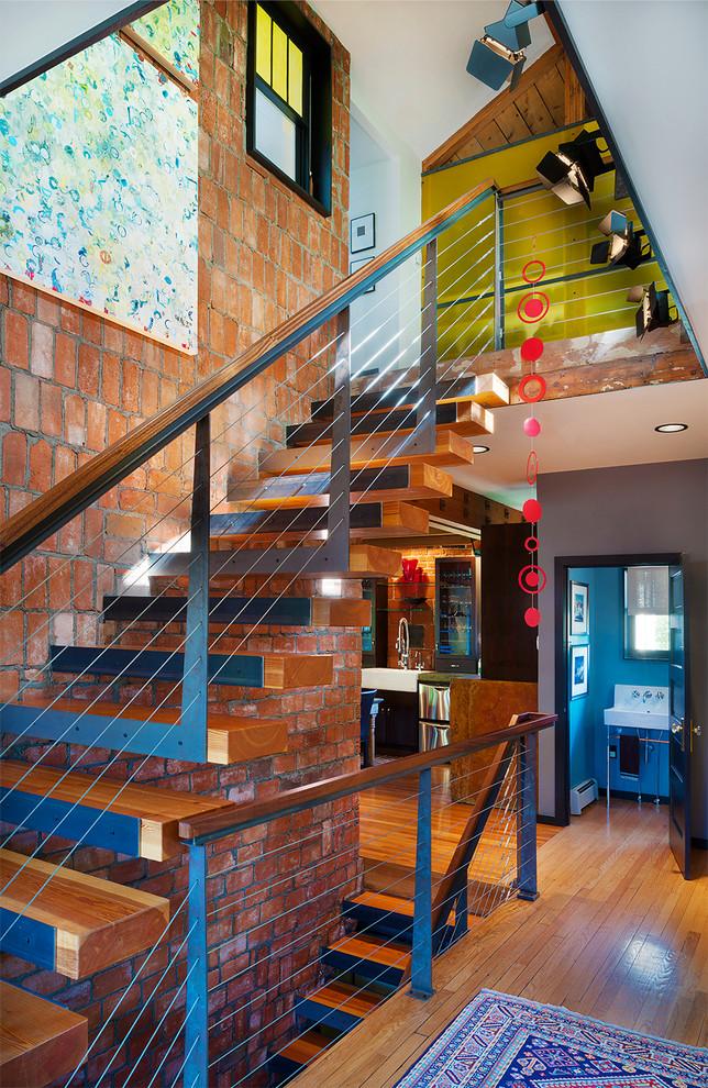 Прямая лестница с креплением ступеней к несущей стене - оптимальный вариант для любого загородного дома