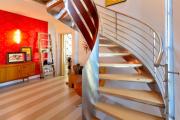 Фото 62 Лестница на второй этаж (120 фото): современные варианты оформления в частном доме