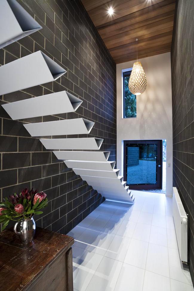 Дополнительную прочность ступеням придает форма. В современном интерьере хорошо смотрятся нестандартные формы –треугольные, ромбовидные