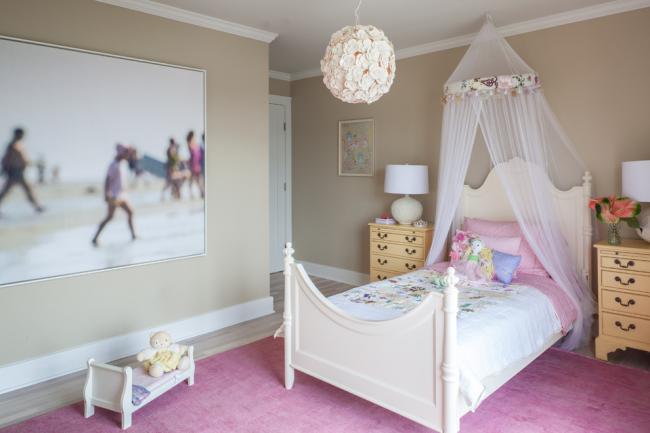 Для детской комнаты девочки лучше выбрать круглую белую люстру с множеством цветов