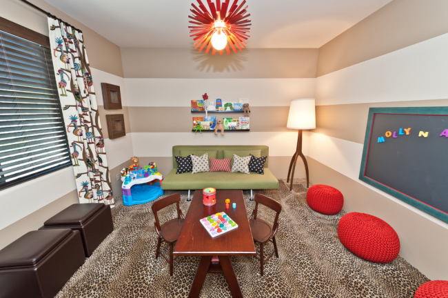 Если ребенок предпочитает играть или обучаться на диване, стоит установить напольную лампу в этой зоне