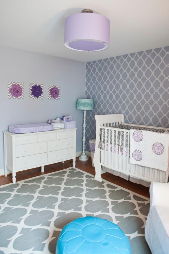 Любители фиолетового цвета должны выбирать оттенки пастели для люстры в детскую комнату