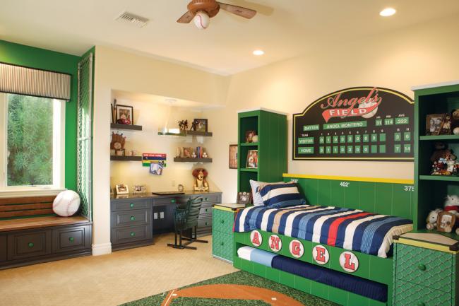Люстра в форме бейсбольного мяча в детской спальне мальчика