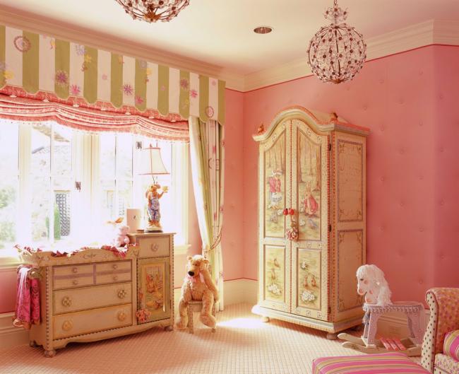 Яркие шарообразные люстры с хрустальными цветами подойдут для детской комнаты девочки детсадовского возраста