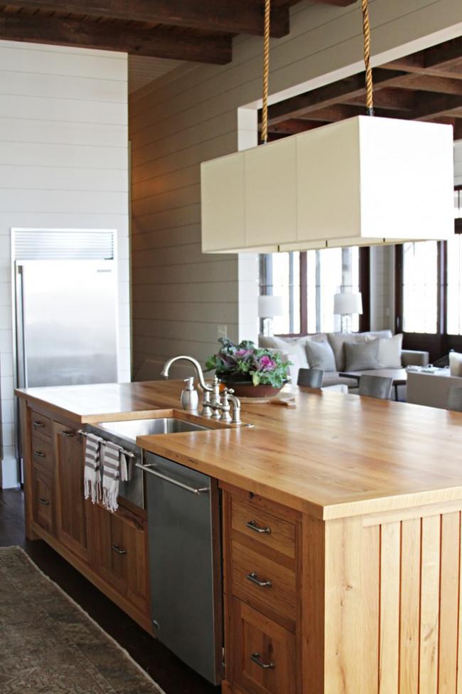 Квадратная мойка из нержавеющей стали и деревянный кухонный островок - классическое сочетание