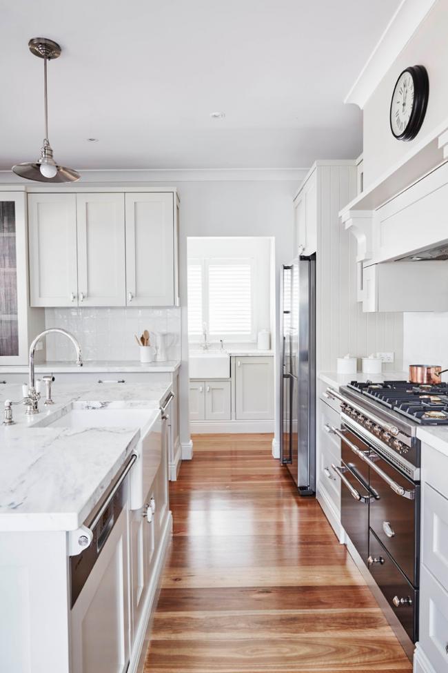 Эмалированная маленькая мойка на белой кухне