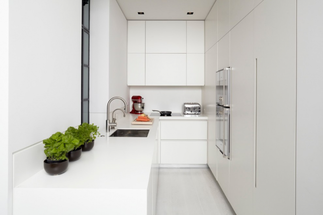 Маленькая мойка их нержавеющей стали может стать цветовым акцентом на белой кухне