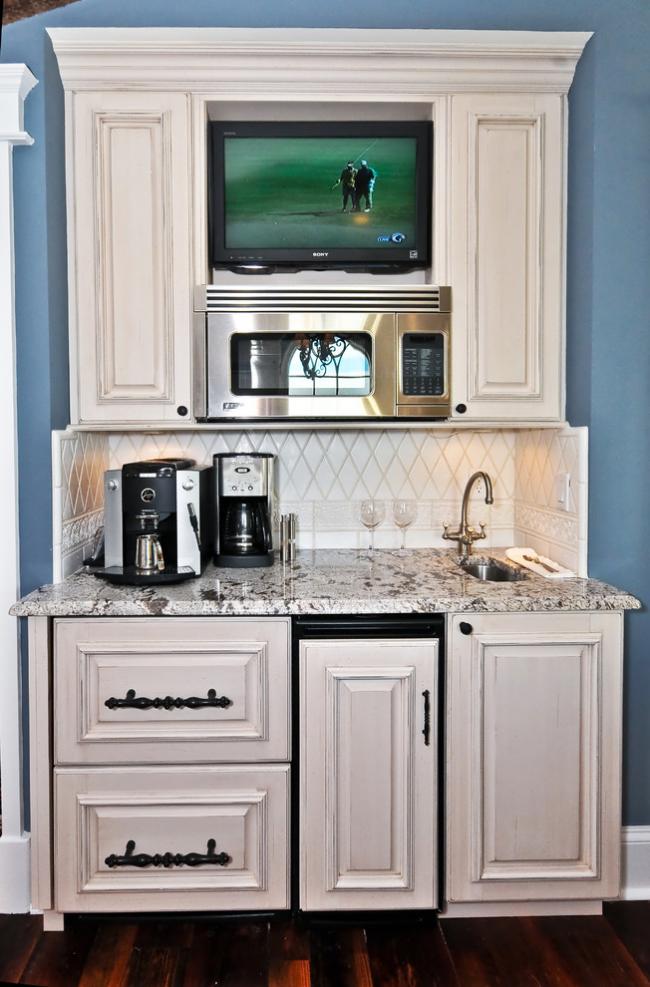 Узкая прямоугольная мойка - компактный вариант для кухни в офисе