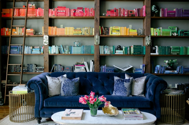 Велюровые диваны темных оттенков станут украшением домашних кабинетов и библиотек