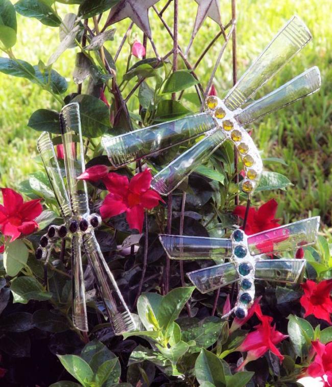 Стрекозы из гофрированных пластиковых бутылок