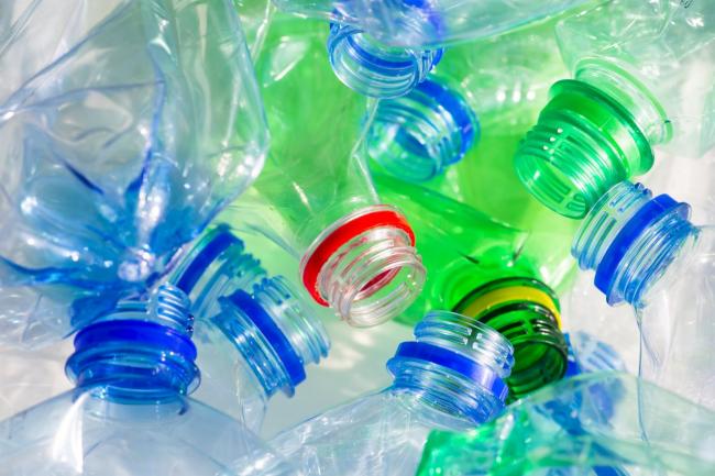 Благодаря фантазии и такому отличному материалу, как пластиковые бутылки, мы имеем практически безграничные возможности для создания поделок на любой вкус, любой сложности и направления