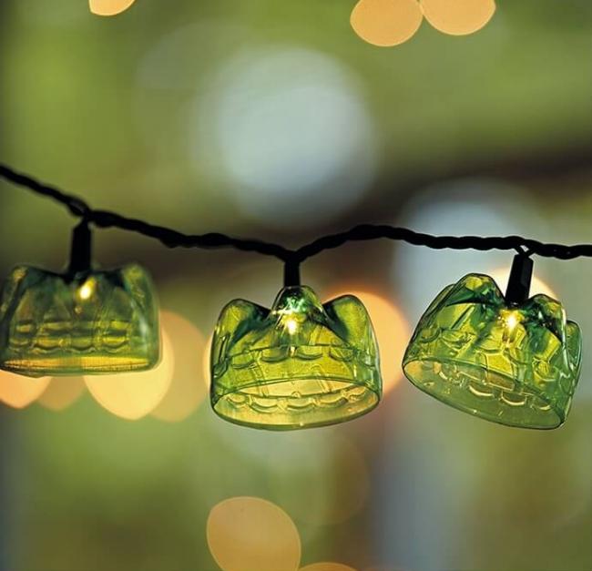 Донышки от пластиковых бутылок помогут оформить гирлянды для вашего сада
