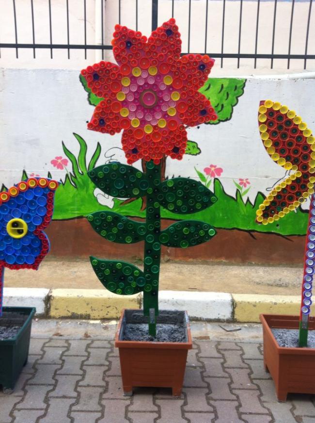 Красивый цветок из пластиковых крышек
