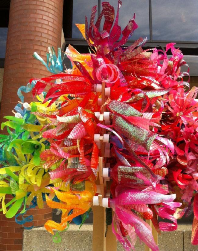 Радужный декор сада, мастерской, гаража: фонтан спиралей, нарезанных из разноцветных пластиковых бутылок