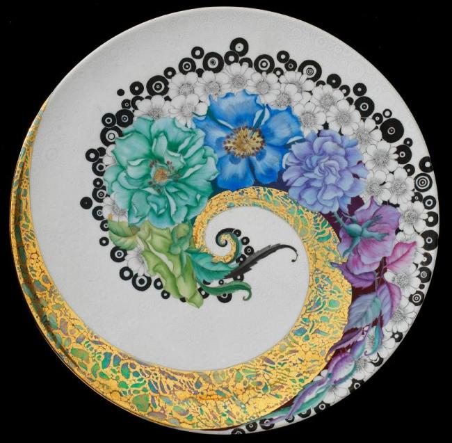 Более современная пирожковая тарелка из фарфора выполненная методом деколь