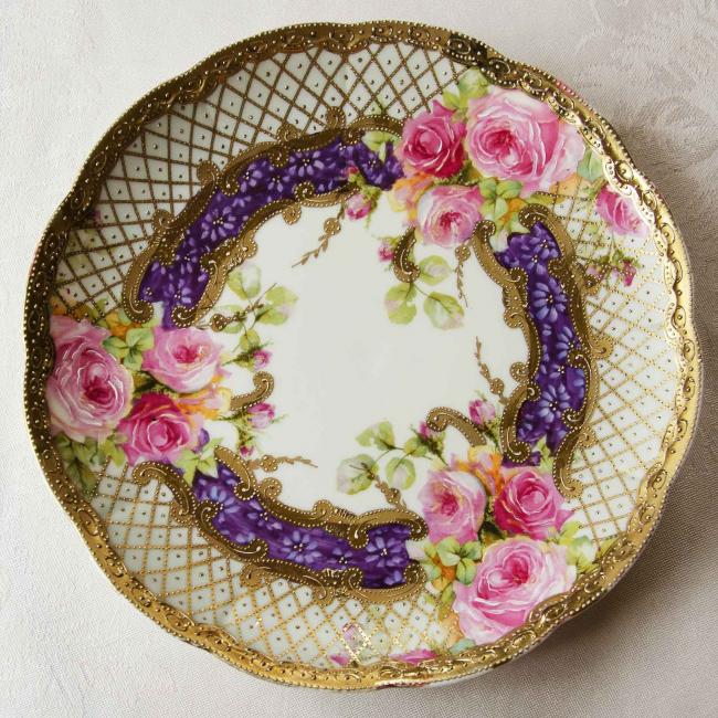 Невероятно красивая пирожковая тарелка из фарфора ручной работы с рельефными элементами рисунка
