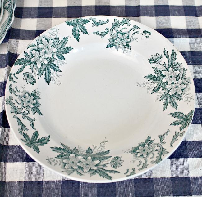 Незамысловатая винтажная пирожковая тарелка из фаянса в нейтральной цветовой гамме