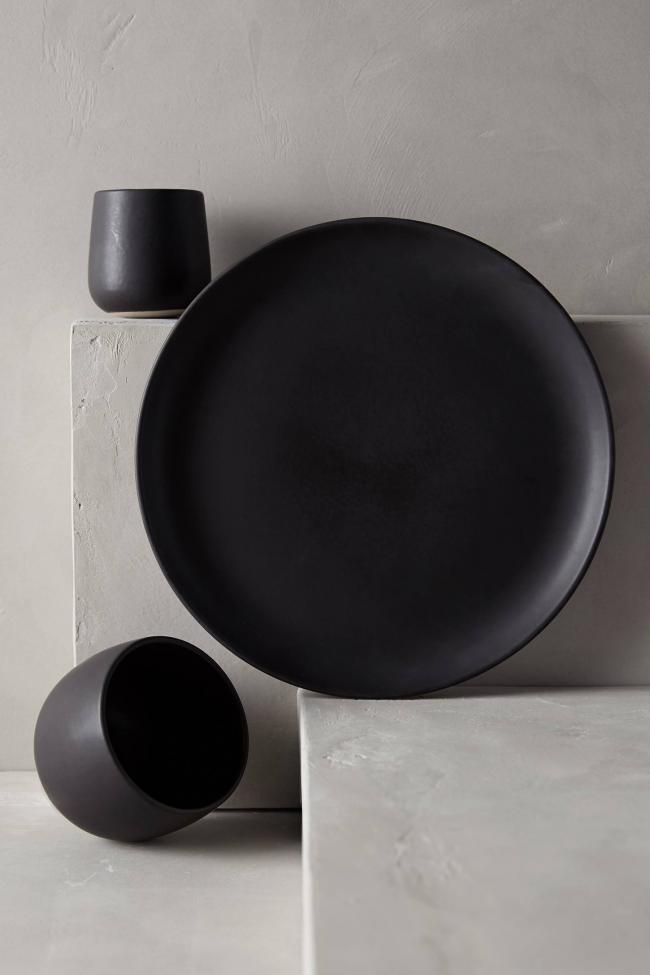 На первый взгляд простая, но очень завораживающая черная керамическая пирожковая тарелка
