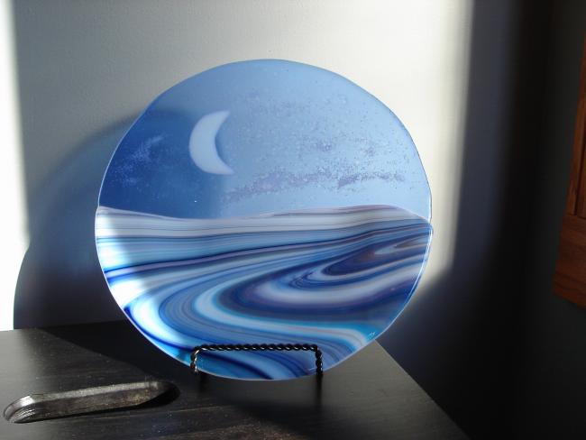 Очень нежная полупрозрачная пирожковая тарелка с завораживающими взгляд разводами цветного стекла в синих тонах