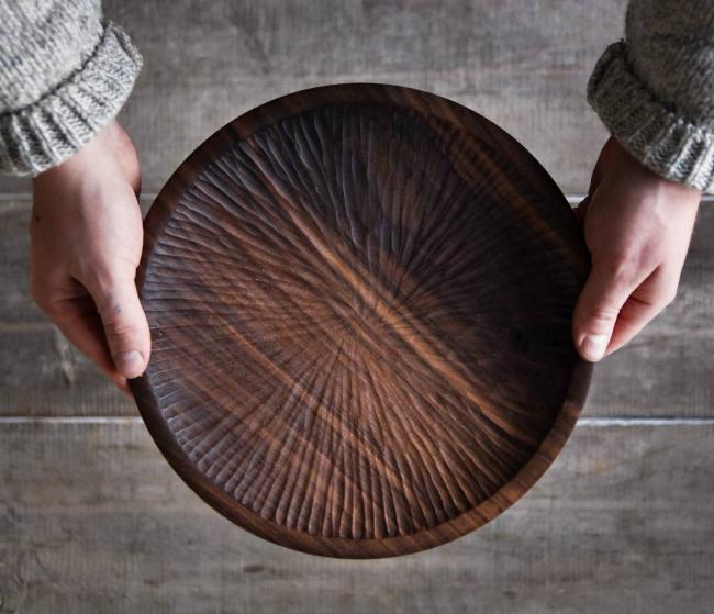 Пирожковая тарелка из натурального дерева отлично подойдет для дачных посиделок