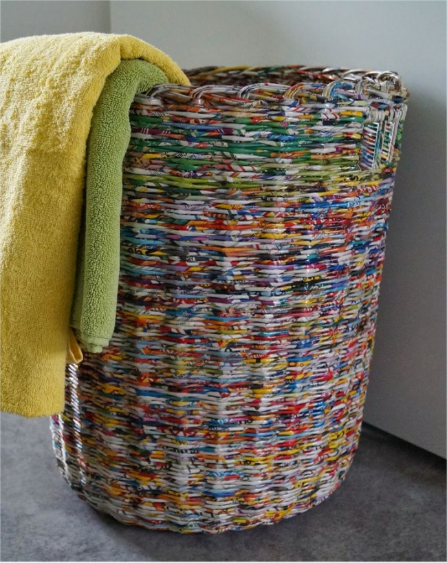 Плетеная корзинка для белья из газетных трубочек