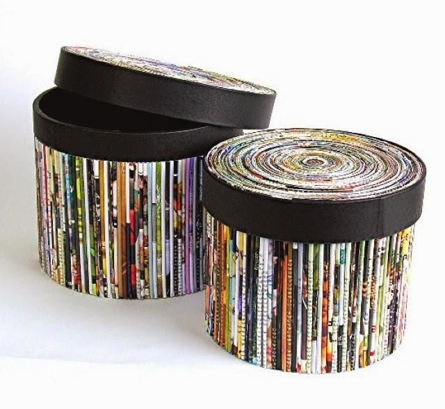 Декор корзины и крышки из газетных трубочек темной атласной лентой
