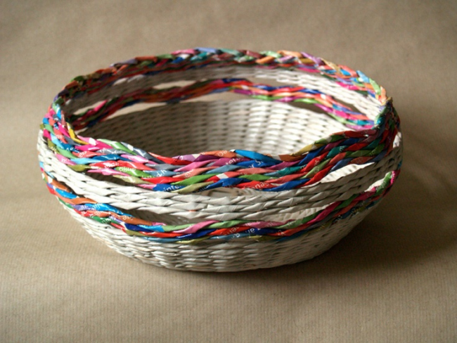 Корзина для фруктов с разноцветными узорными линиями