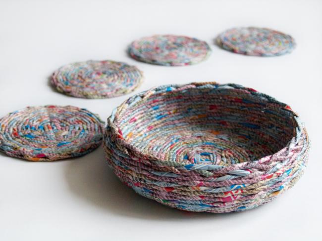 Плетеная корзина из цветной газеты с подставочкой
