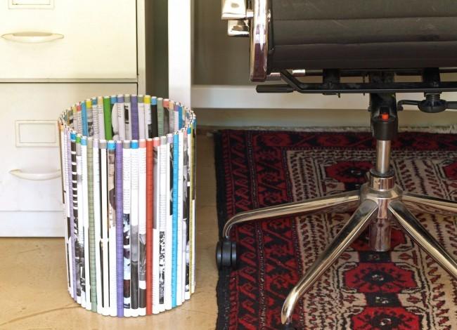 Круглая напольная корзинка из ярких газетных трубочек