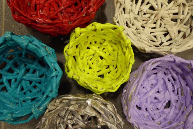 С помощью кисти можно окрасить корзины в любой цвет