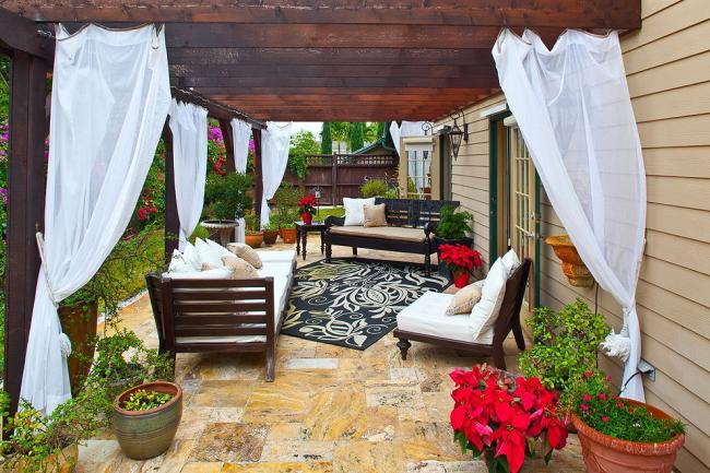 Пуансетия не боится свежего воздуха и станет ярким украшением сада. Правда, необходимо найти для нее место с рассеянным освещением