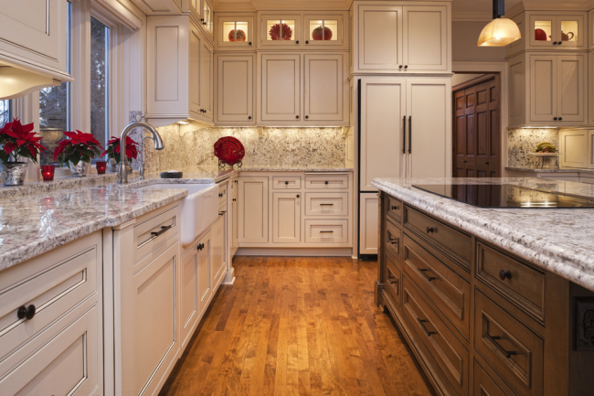 Красная пуансетия может стать ярким цветовым акцентом на кухне загородного дома