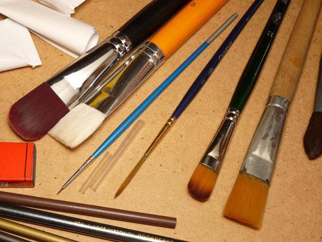 Для витражной росписи подойдут любые кисти, даже макияжные