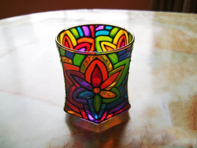 Благодаря витражным краскам обычный стеклянный предмет можно превратить в дизайнерскую вещицу