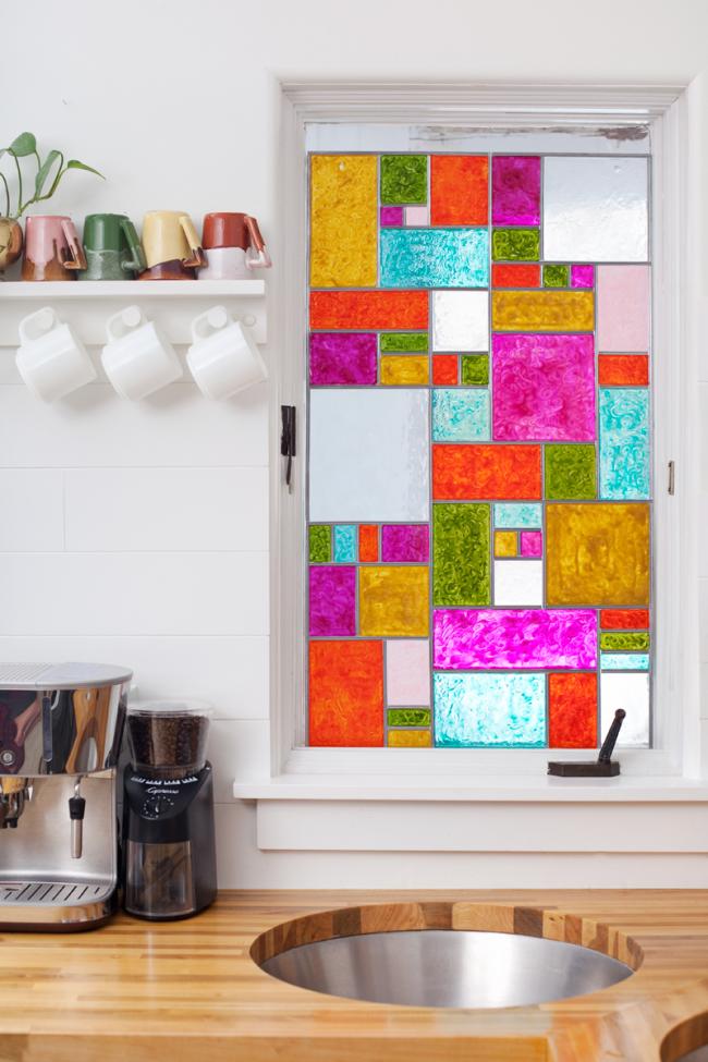 Декор кухонного окна с помощью ярких витражных красок
