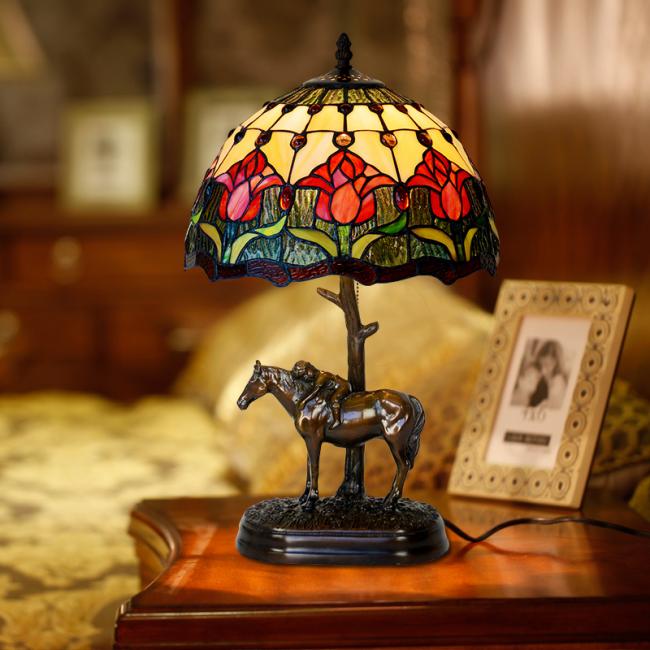 Роспись по стеклу витражными красками: настольная лампа в классическом стиле декорирована витражной росписью
