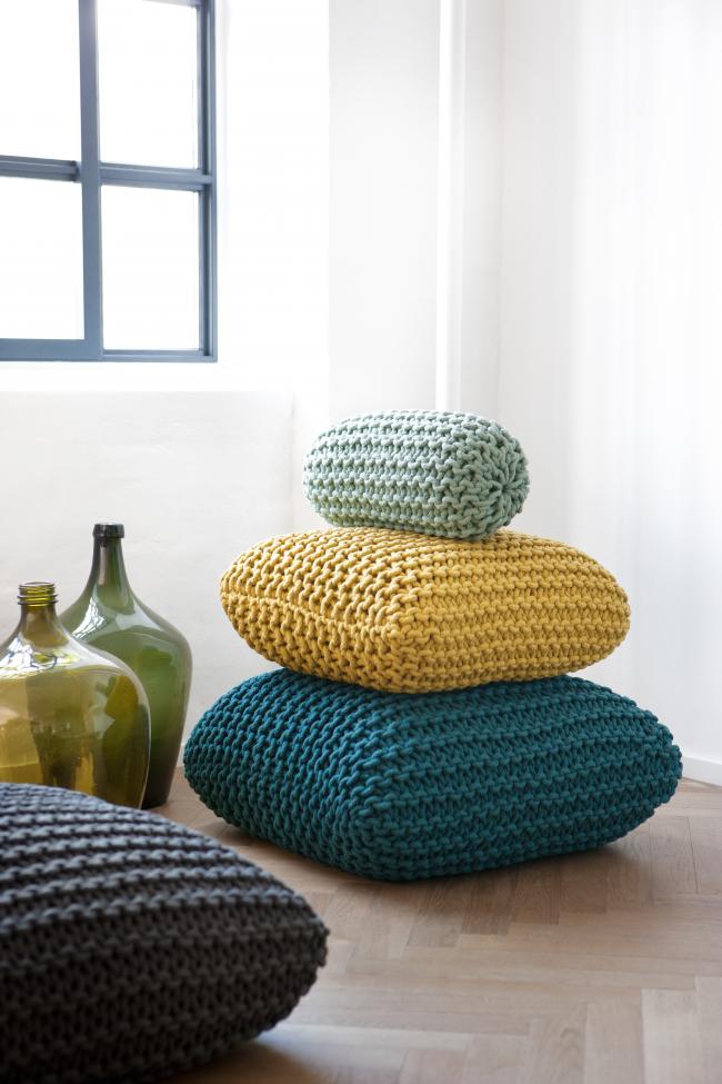 Оригинальные подушки обвязанные крючком пряжей из толстой нити