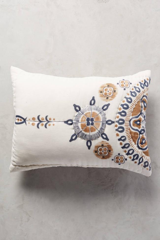Нежная подушка своими руками с росписью в скандинавских мотивах в технике батик