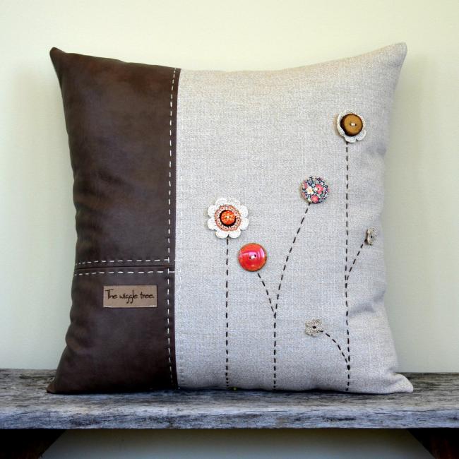 Комбинированная подушка из плотного льна и кожзама с незамысловатым декором