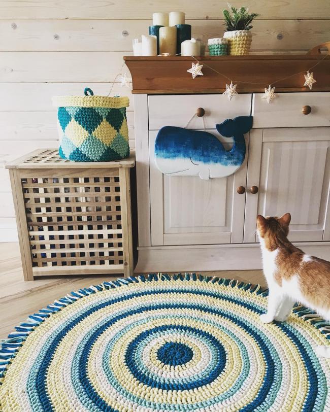 Гармоничное сочетание синих оттенков в интерьере, дополненном большим связанным крючком ковриком