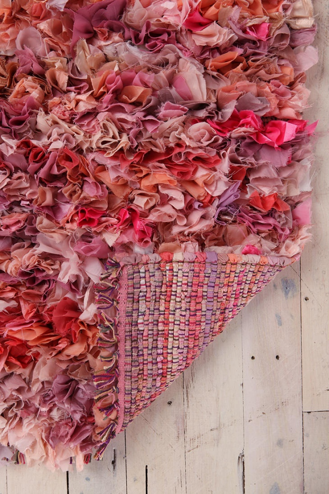 Еще один вариант коврика-травки, выполненный из лоскутков ткани в ткацкой технике