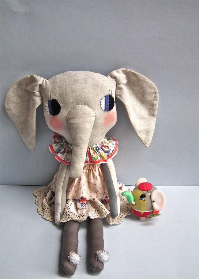 Оригинальная игрушка из ткани, сделанная своими руками, может стать для ребенка лучше чем покупные