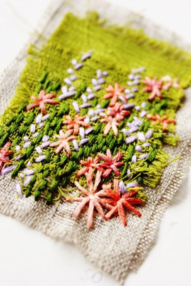 Очень яркая вышивка в свежих цветах выполненная в технике свободная гладь