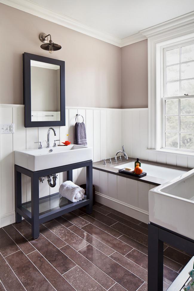 Раковина, оборудованная сифоном с переливом, в интерьере уютной ванной комнаты